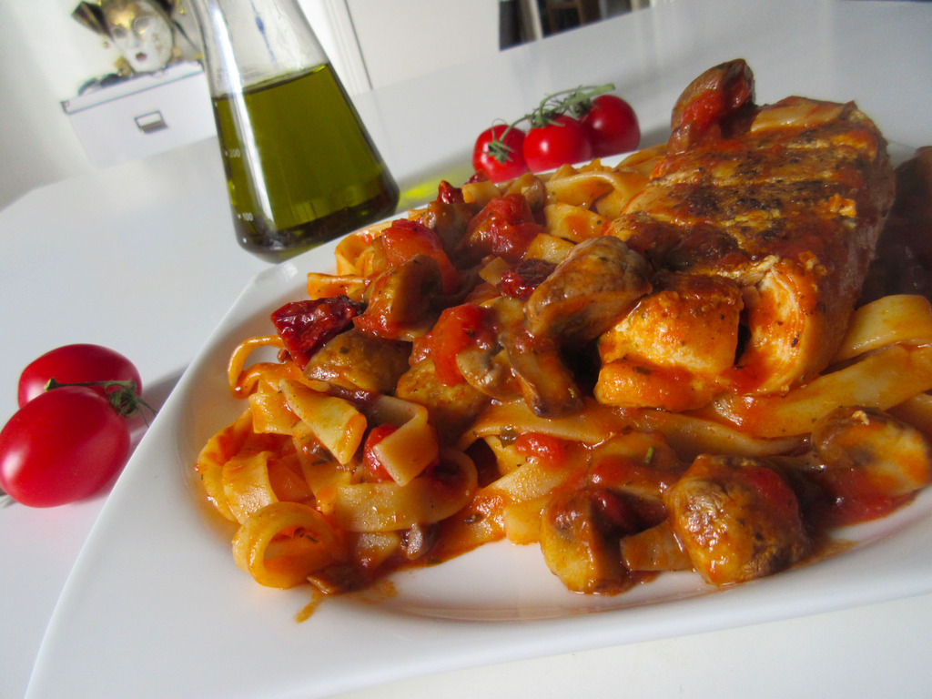 Tagliolini con pollo al pomodoro (Pasta with chicken and sun dried tomatoes)
